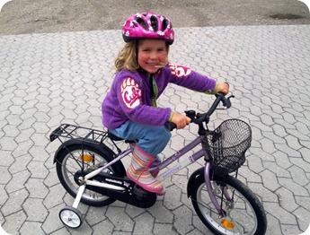 Anna på sin cykel hos Mie og Peter