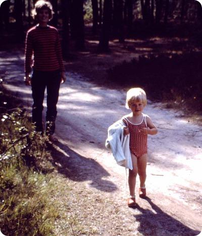 mor og mig på vej hjem til Stavnsklit